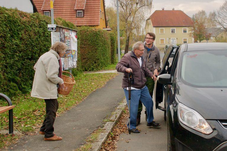 Seniorenehepaar wird von Mitfahrerbänkla-Fahrer mitgenommen